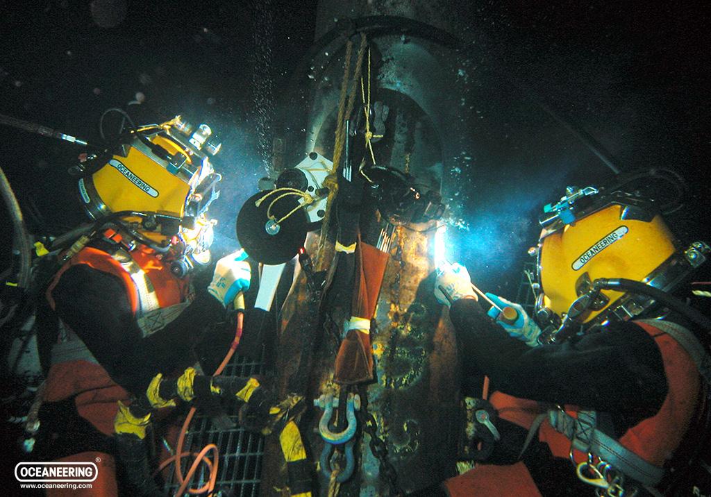 20111101-divers-wet-welding